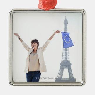 Femme tenant un drapeau d'Union européenne et un Ornement Carré Argenté
