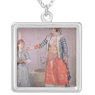 Femme turque avec son employé pendentif carré