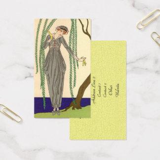 Femme utilisant la robe grise de taffetas cartes de visite