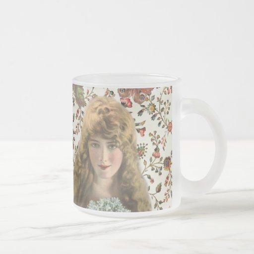 Femme vintage avec le motif floral de calicot tasse