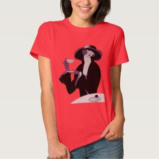 Femme vintage d'art déco, thé d'après-midi et t-shirt
