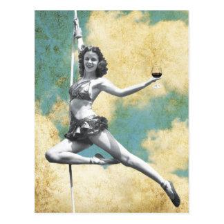 Femme vintage de trapèze avec du vin carte postale