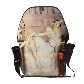 Femme vintage de trio gai dans la barre avec des sacoches