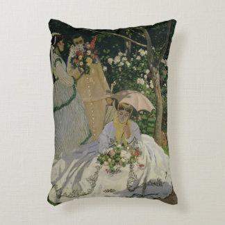 Femmes de Claude Monet | dans le jardin Coussins Décoratifs