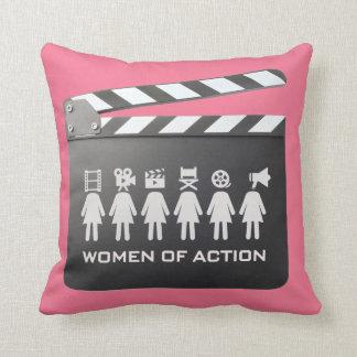 femmes de coussin d'action