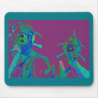 Femmes d'usine dans des masques de gaz de tapis de souris