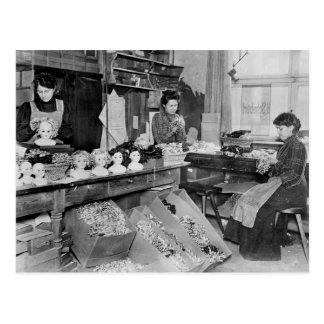 Femmes faisant des perruques pour des poupées cartes postales