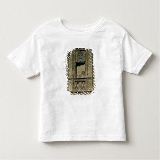 Fenêtre factice dans la façade d'entrée avec un t-shirt pour les tous petits