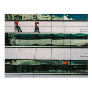 Fenêtres de nettoyage d'un gratte-ciel carte postale