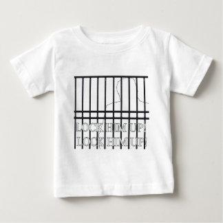 Fermez- à clefle derrière des barres ! t-shirt pour bébé