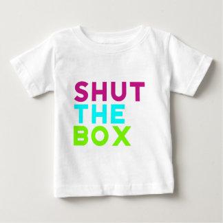 Fermez le logo de boîte t-shirt pour bébé
