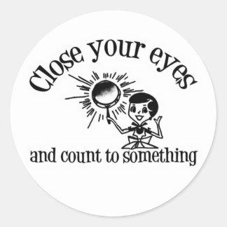 Fermez vos yeux et comptez à quelque chose sticker rond