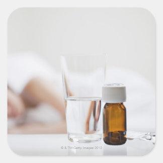 Fermez-vous de la bouteille de pilule avec la sticker carré