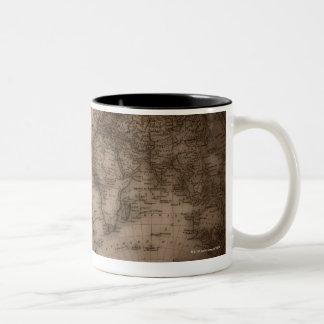 Fermez-vous de la carte antique 5 du monde mug bicolore