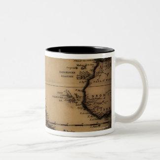 Fermez-vous de la carte antique du monde mug bicolore