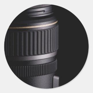 Fermez-vous de l'objectif de caméra moderne sur sticker rond
