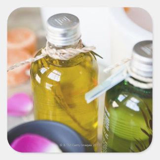 Fermez-vous des bouteilles avec des huiles de sticker carré