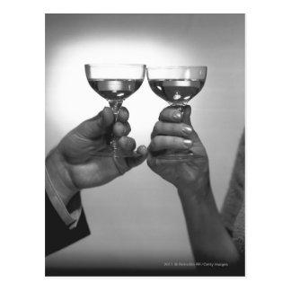 Fermez-vous des couples grillant avec du vin blanc cartes postales