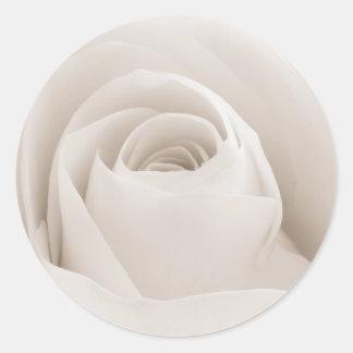 Fermez-vous des pétales de rose blancs sticker rond