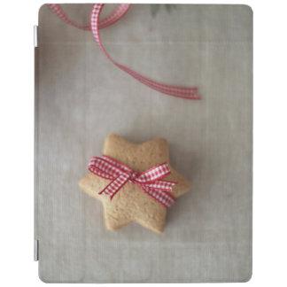 Fermez-vous du biscuit de gingembre attaché avec protection iPad