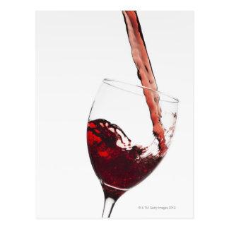 Fermez-vous du vin rouge étant versé dans le verre carte postale
