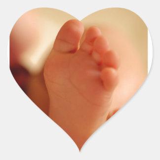 Fermez-vous vers le haut de la photo des pieds de sticker cœur