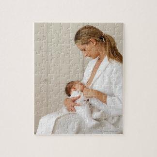 fermez-vous vers le haut de la vue d'un bébé (6-12 puzzle
