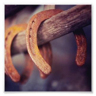 Fers à cheval sur le pays en bois de cowboy de photographie