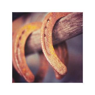 Fers à cheval sur le pays en bois de cowboy de toiles tendues sur châssis