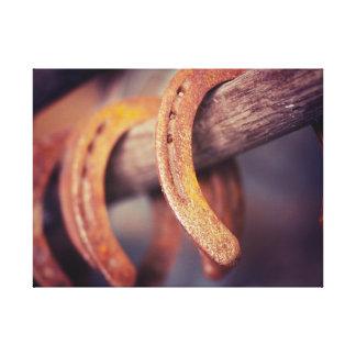 Fers à cheval sur le pays en bois de cowboy de toiles tendues