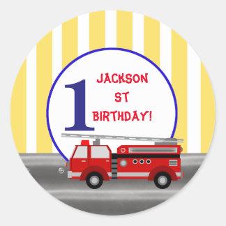 Fête d'anniversaire de camion de pompiers sticker rond