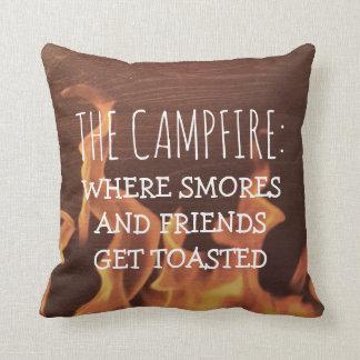 Feu de camp drôle de camping indiquant des amis de coussin