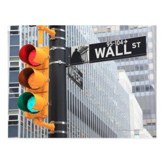 Feu de signalisation et signe de Wall Street Cartes Postales