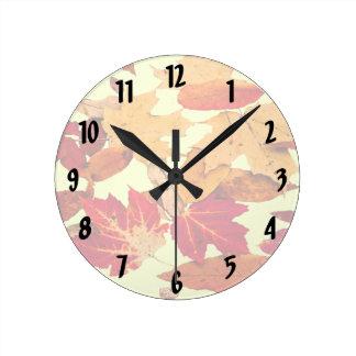 Feuillage d'automne dans l'horloge jaune orange horloge ronde