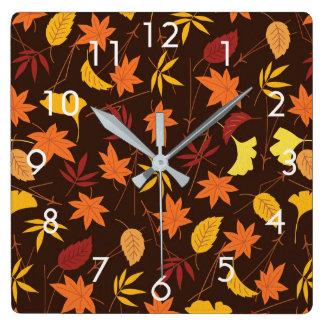 Feuille d'automne d'orange et de jaune sur horloge carrée