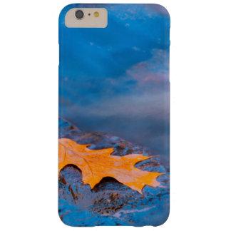 Feuille de chêne sur la roche en rivière de coque iPhone 6 plus barely there
