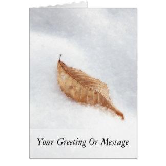 Feuille de hêtre dans une dérive de neige carte de vœux
