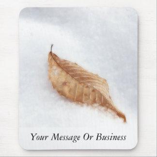 Feuille de hêtre dans une dérive de neige tapis de souris