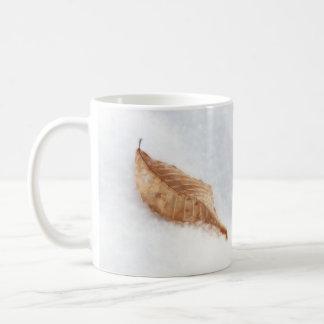Feuille de hêtre dans une dérive de neige mug blanc