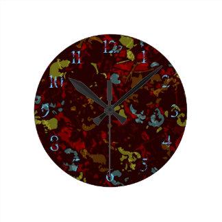 Feuille et fleurs colorés contre le camouflage horloge ronde