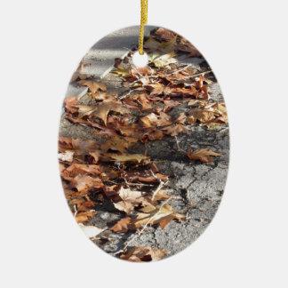 Feuille mort se trouvant au sol en automne ornement ovale en céramique