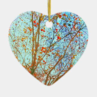 Feuille orange d'automne et ciel bleu ornement cœur en céramique