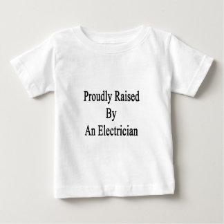 Fièrement augmenté par un électricien t-shirt pour bébé