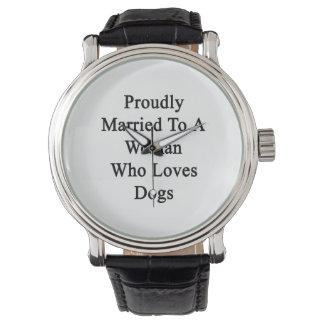 Fièrement marié à une femme qui aime des chiens montres