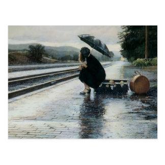 Fille attendant un art de train carte postale