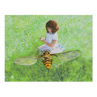 Fille avec la peinture d'abeille par la carte carte postale