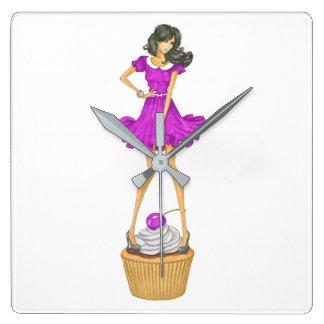 Fille avec le petit gâteau horloge carrée