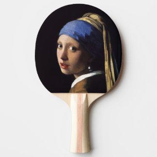Fille avec une boucle d oreille de perle par raquette de ping pong