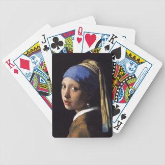 Fille avec une boucle d'oreille de perle par cartes bicycle poker