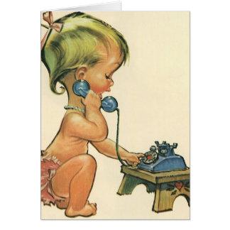 Fille blonde mignonne d'enfant vintage parlant au carte de vœux